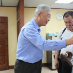 Phee offering aid to a retiree. Full story: http://www.thesundaily.my/news/131708