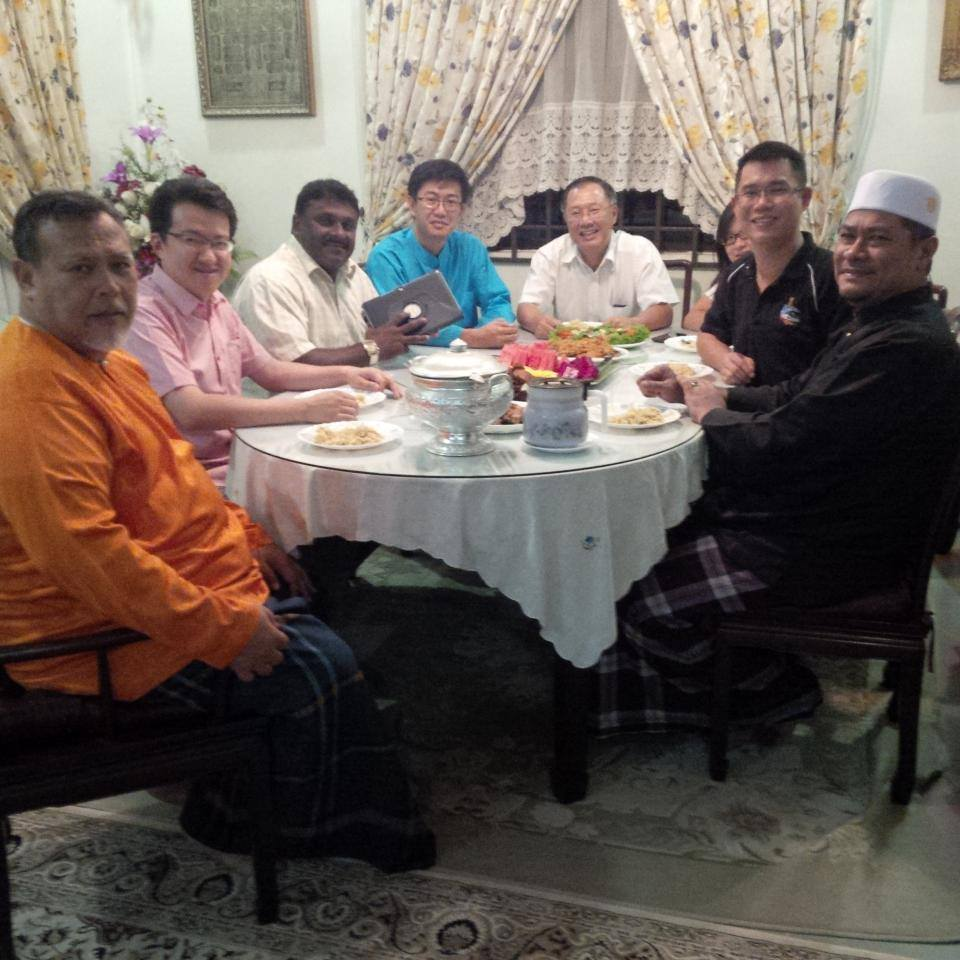 Tan having the sahur meal at the home of PAS Johor Commissioner, Hj Aminolhudah Hassan, together with other Pakatan Rakyat colleagues.