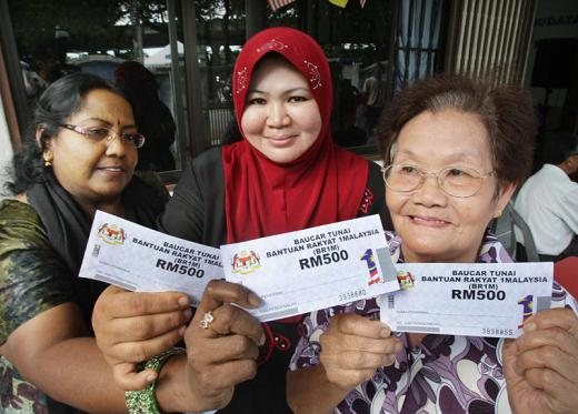 BR1M recipients show their vouchers (Pic from Free Malaysia Today)